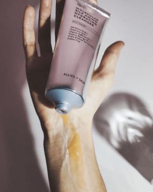 Uvlazhnyayushhee ochishhayushhee sredstvo Allies Of Skin Molecular Silk Amino Hydrating Cleanser 1